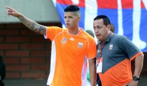 Juan C. Sánchez, técnico de Envigado FC, le da instrucciones a Mateo Cardona.