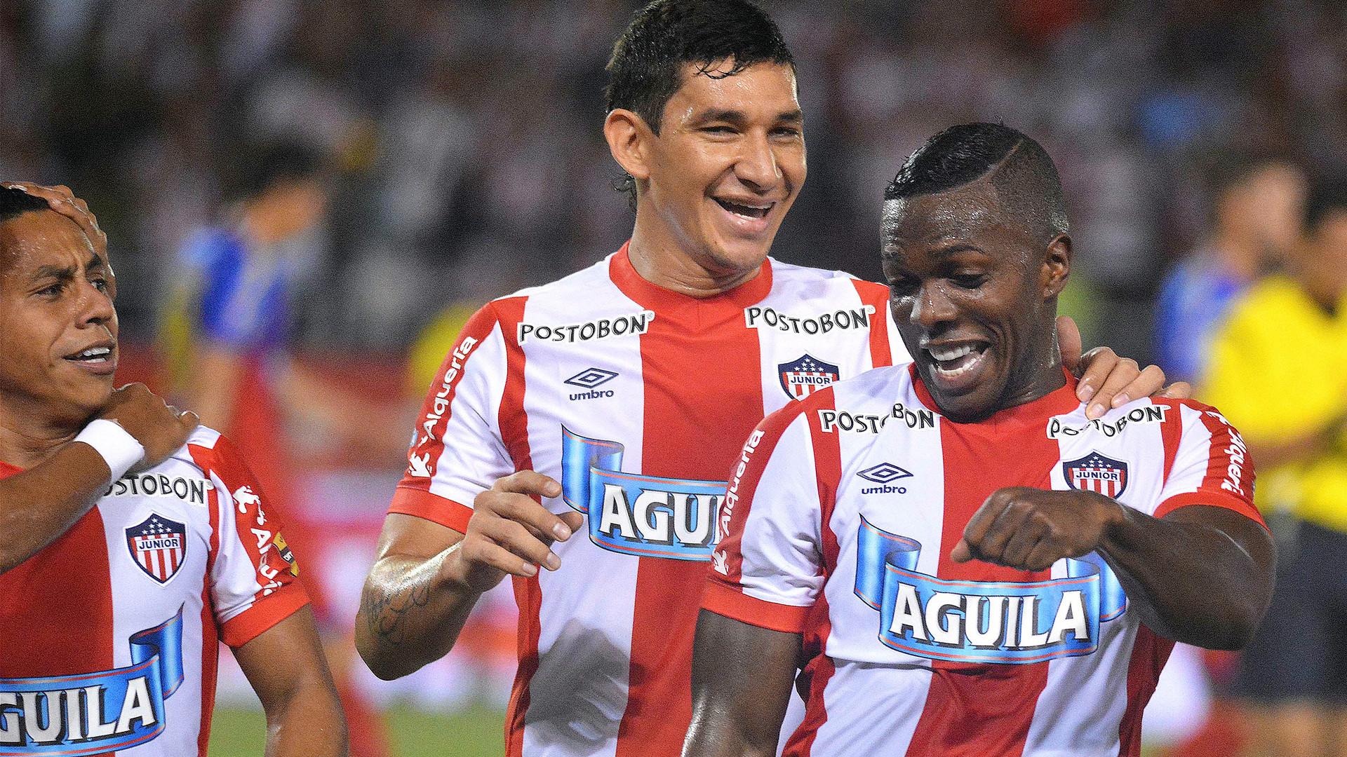 Édison Toloza y Roberto Ovelar celebran el gol del Junior de Barranquilla.