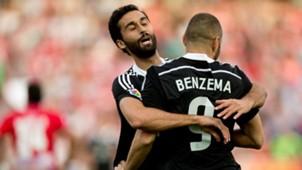 Álvaro Arbeloa felicitando a Karim Benzema por su anotación al Granada