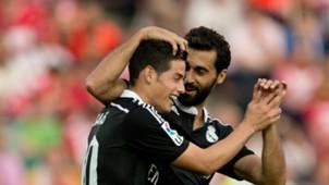 Álvaro Arbeloa celebrando con James Rodríguez el cuarto tanto ante el Granada