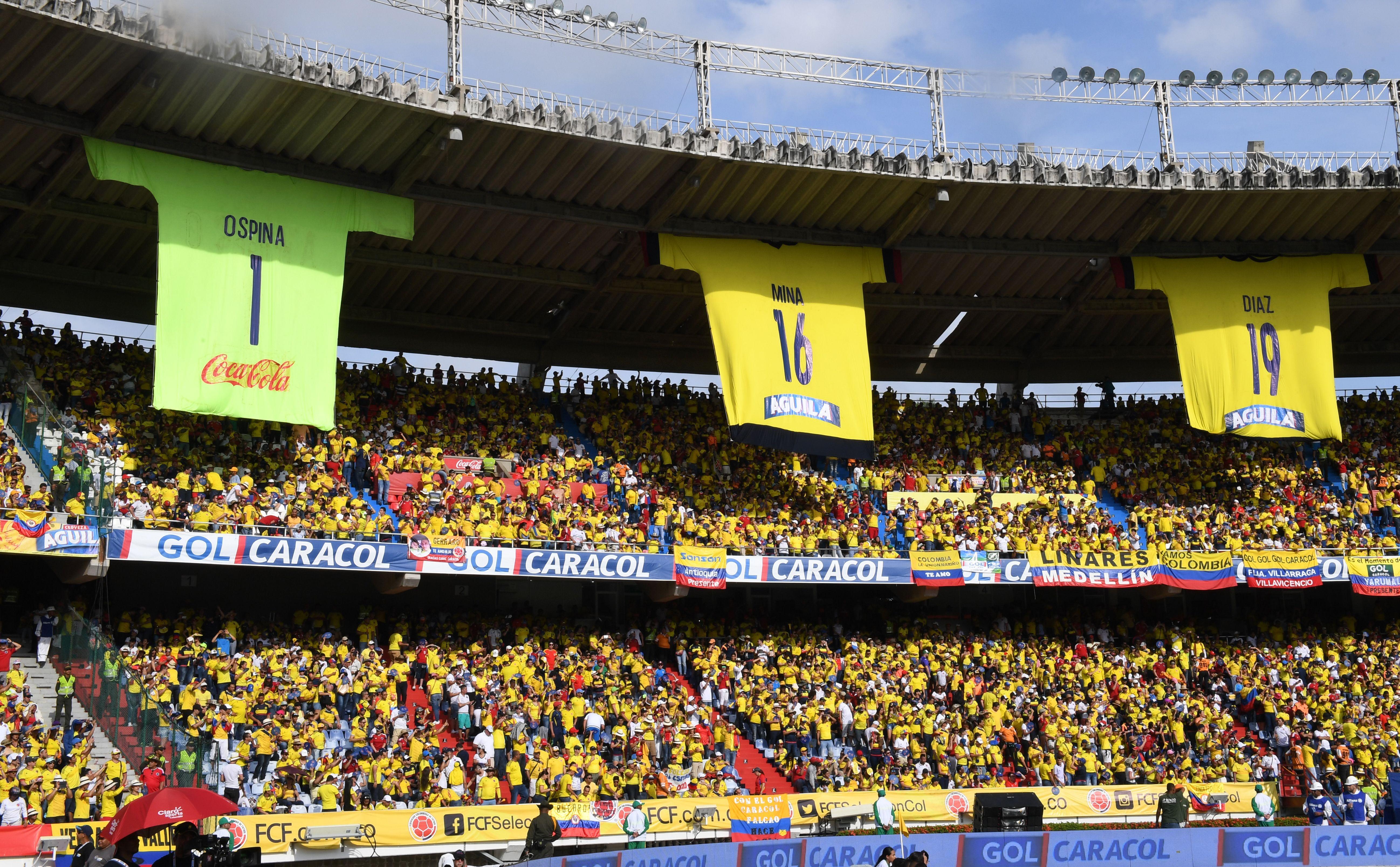 hinchada colombiana en el Metropolitano de Barranquilla Colombia vs Chile