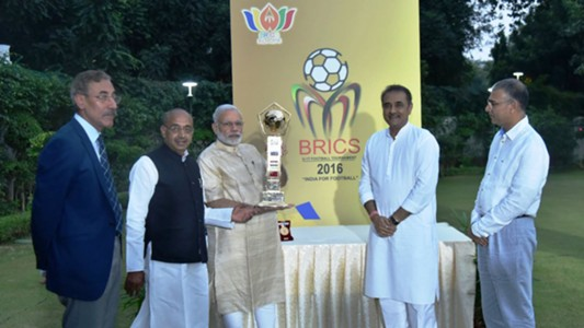 Shri Narendra Modi unveiling the BRICS U-17 Football Tournament trophy