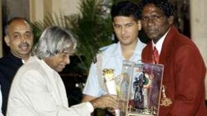 Indian President A.P.J. Abdul Kalam (2-L) presents the Arjuna Award to Indian footballer I.M. Vijayan 08292003