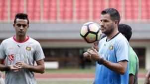 Latihan Bhayangkara FC - Simon McMenemy