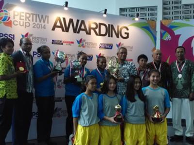 Penyerahan Trofi Pertiwi Cup 2014