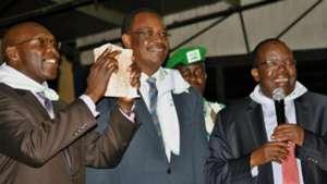 Governor Evans Kdero hands over Sh1 million to Gor Mahia chairman Ambrose Rachier.