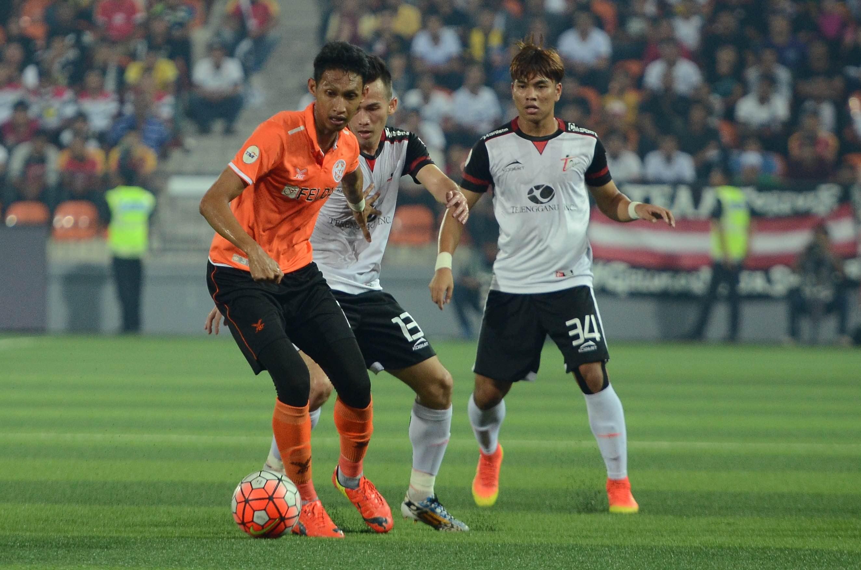 Syamim Yahya fending off Asrol Ibrahim during Felda v T-Team in Malaysia Cup QF 2nd leg match played on 17/09/16