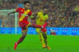 Selangor's Andik Vermansah clears the ball ahead of Kedah's Syazwan Zainon in the Malaysia Cup final 30/10/16