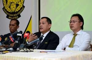 Malaysian FA secretary-general Hamidin Amin (middle) and Malaysia head coach Ong Kim Swee (right) 2016