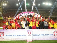 Selangor lifting their 33rd Malaysia Cup title in 2015