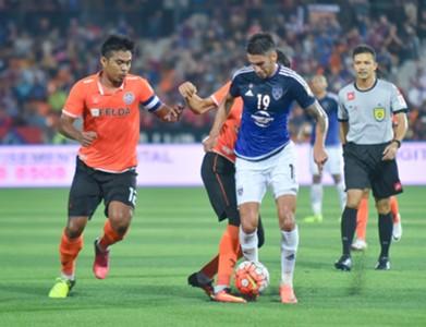Johor Darul Ta'zim's Juan Martin Lucero (right) tries to get past Felda United's Shukor Adan (Left) 24/8/2016