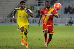 Pahang's D. Saarvindran (left) vies for the ball with Selangor's S. Veenod 30/7/2016