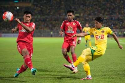 Ariff Farhan gets the ball past Annas Rahmat
