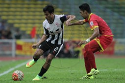 Pahang's Matthew Davies (left) tries to get the ball away from Selangor's Azmi Muslim 10/9/2016