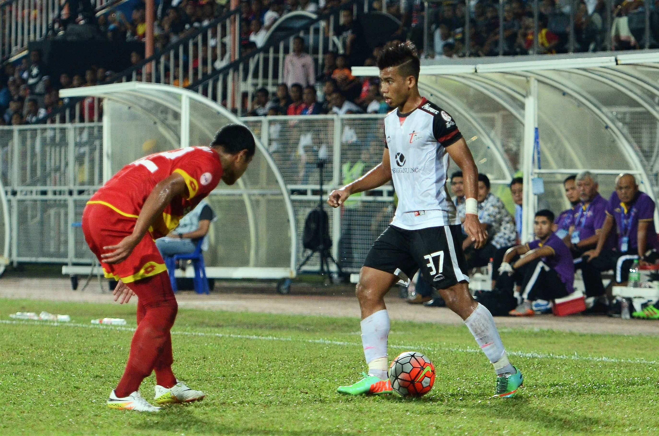 T-Team's Safawi Rashid (right) tries to get past a Selangor player 15/10/2016