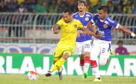 Kelantan's Farisham Ismail (right) and Jonatan Lucca (middle) tussle for the ball with Kedah's Syazwan Zainon