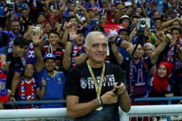 Johor Darul Ta'zim head coach Mario Gomez taking a wefie with fans following their FA Cup final win 2016