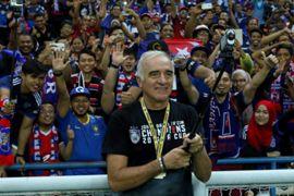 Johor Darul Ta'zim head coach Mario Gomez taking a wefie with fans following their FA Cup final win 2016