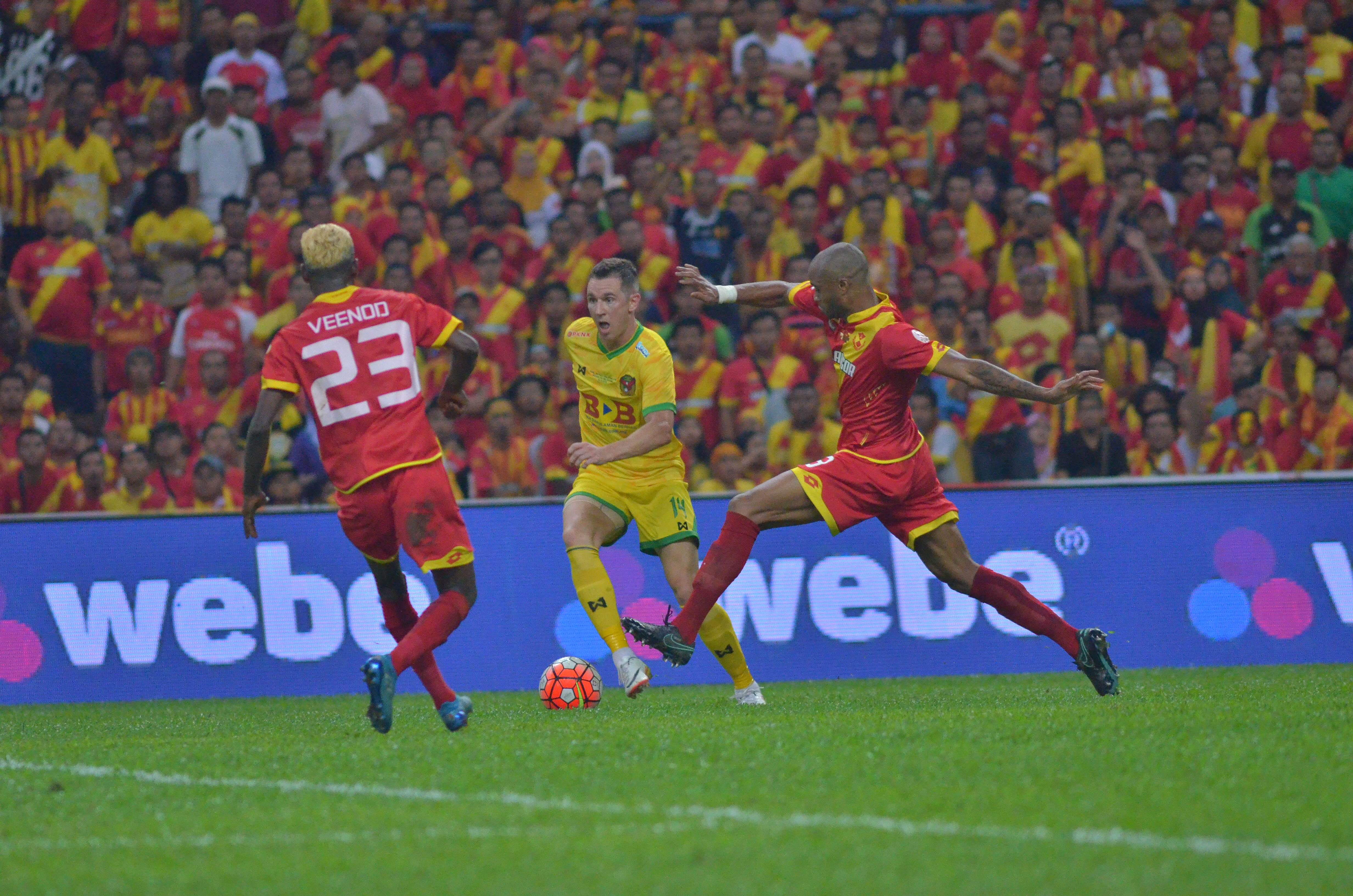 Kedah's Shane Smeltz being marked by Selangor's Ugo Ukah and S. Veenod in the Malaysia Cup final 30/10/16