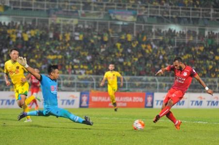 Kedah's Ifwat Akmal dives in to block PDRM's Fakhrul Aiman