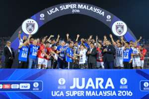Johor Darul Ta'zim lifts the Super League trophy
