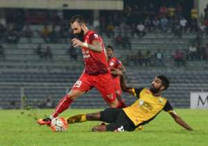 PDRM's Guilherme de Paula vying for the ball with Perak's Kenny Pallraj 2016