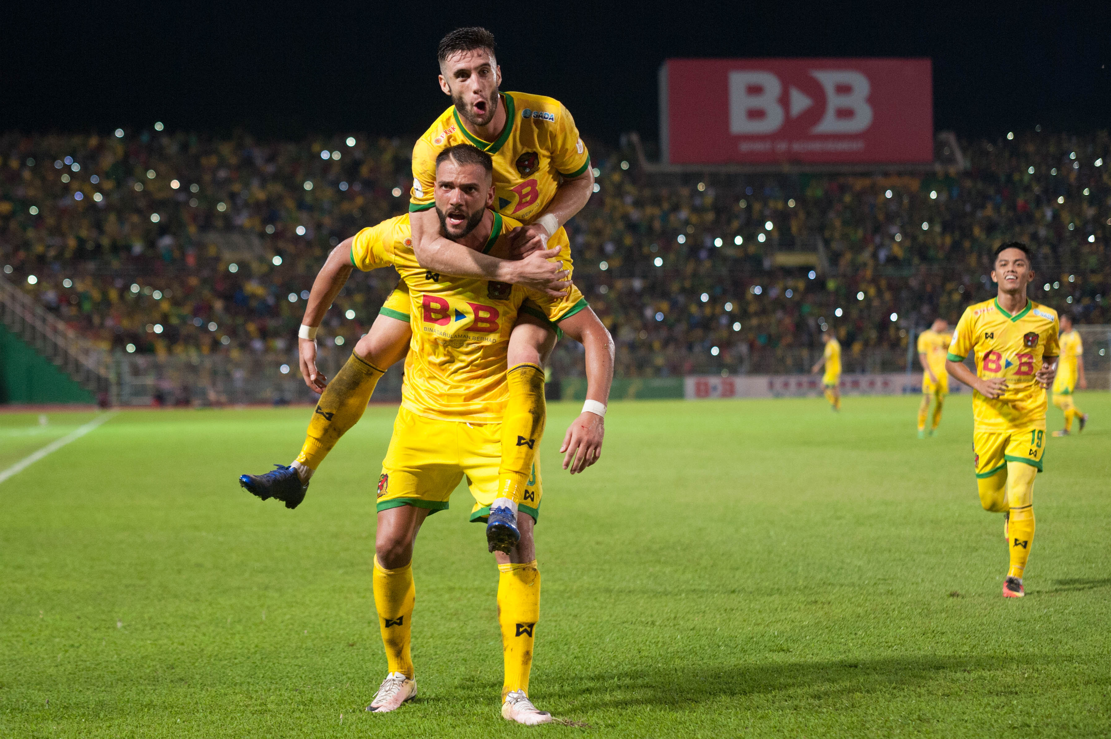 Thiago Augusto celebrates with Liridon Krasniqi after the latter scored