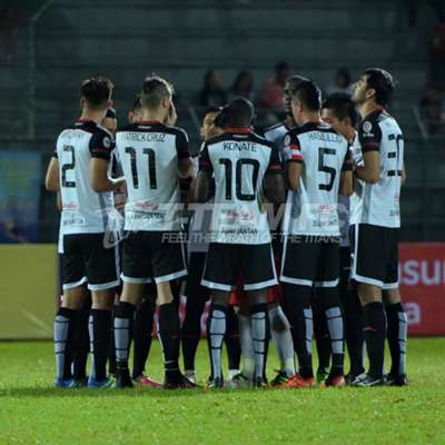 T-Team players saying a prayer before their match against Sarawak 29/7/2016