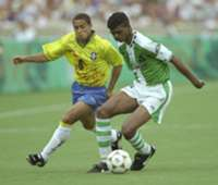 Roberto Carlos challenges Nwankwo Kanu - Atlanta 1996