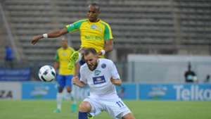 Jeremy Brockie is challenged by Tiyani Mabunda - SuperSport United v Mamelodi Sundowns