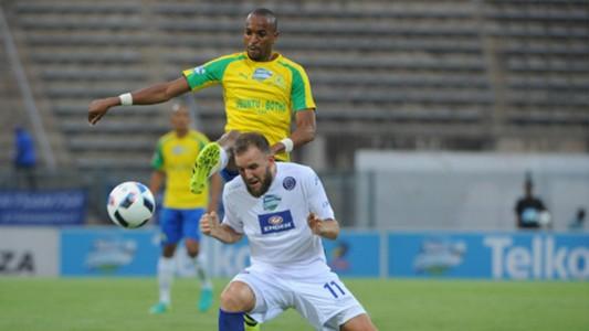 Jeremy Brockie is challenged by Tiyani Mabunda - SuperSport United v Mamelodi Sundowns