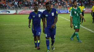 Mrisho Ngassa na Kelvin Yondani wakitoka vuchwa chini baada ya sare ya 2-2 dhidi ya Algeria