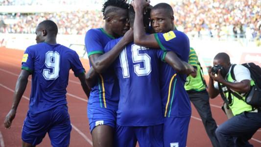 Wachezaji wa Taifa Stars wakimpongeza Maguli baada ya kufunga goli la kwanza dhidi ya Algeria