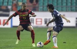 Kang Soo-Il  Pohang Steelers(L) Kim Chi-Woo, FC Seoul (R)