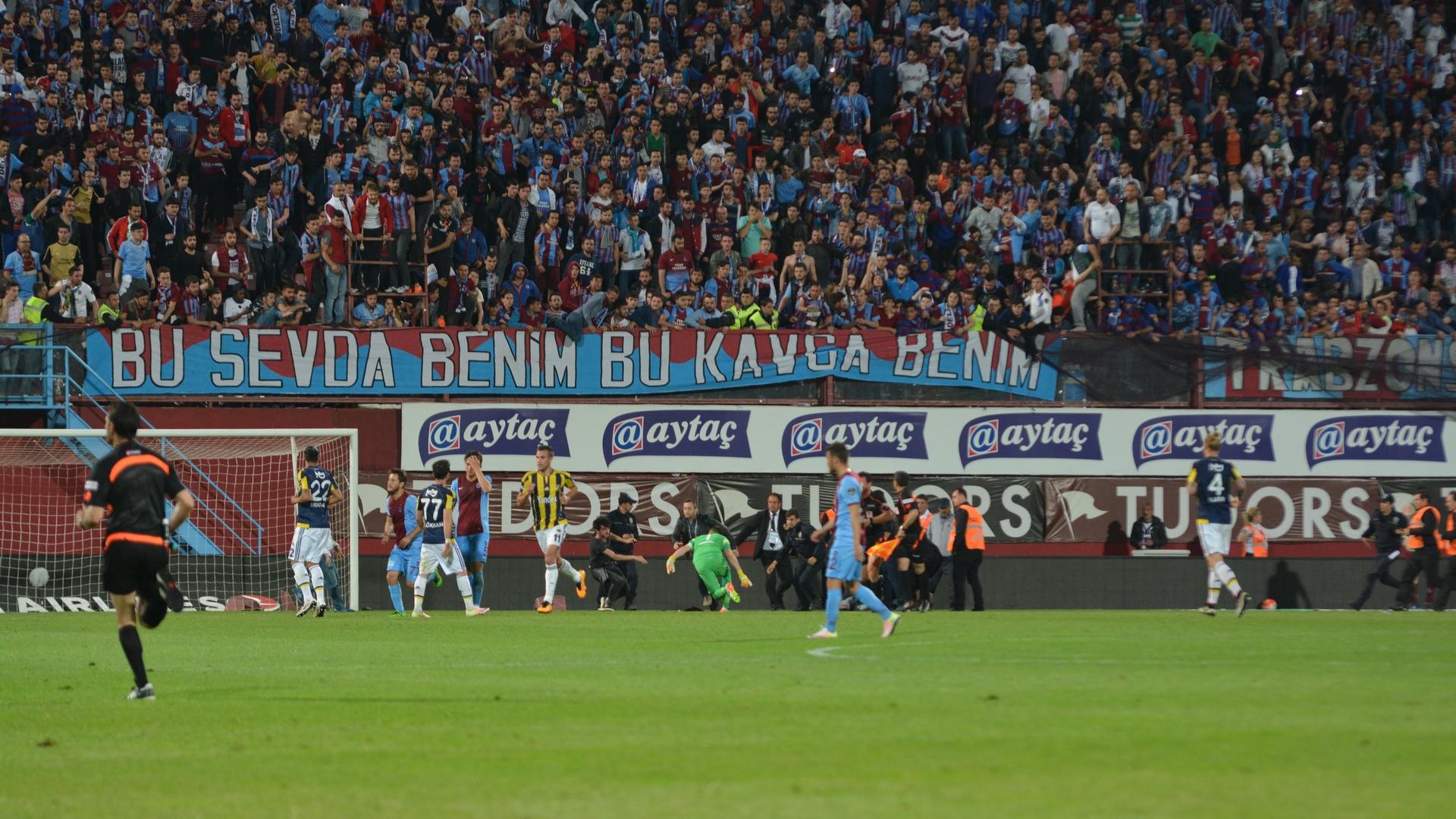 Trabzonspor Fenerbahce pitch invasion 04242016