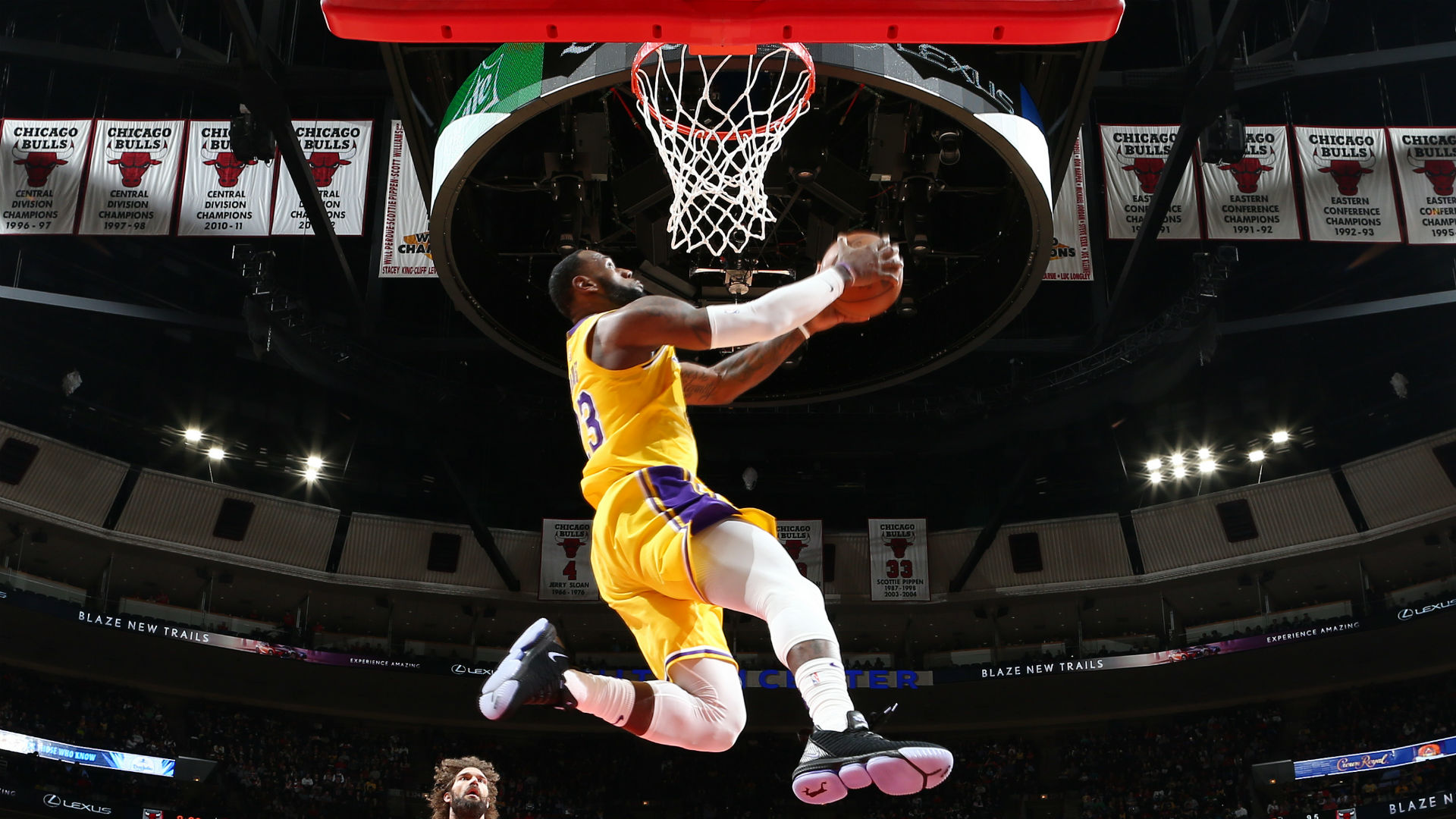 6a7d64c8f99 LeBron James steals the show with two big dunks in Lakers win over Bulls