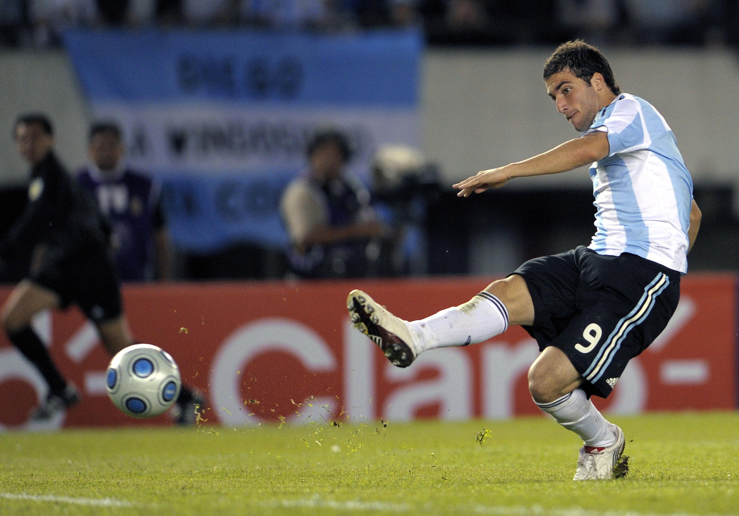 Gonzalo Higuain Argentina Peru 2010 FIFA World Cup qualifier debut goal 2009