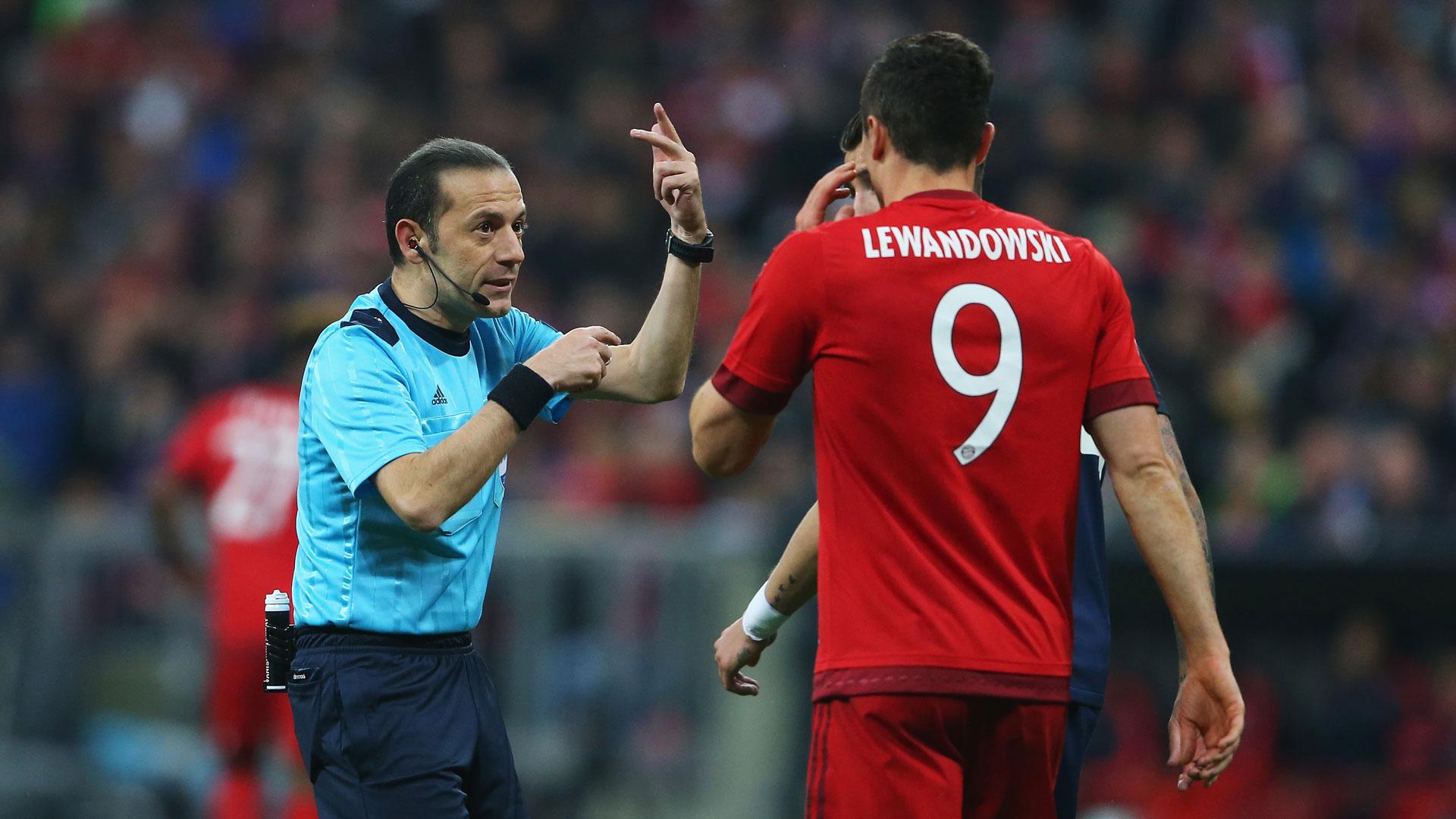 Robert Lewandowski with Referee Cakir FC Bayern München Champions League against Atletico Madrid 03052016