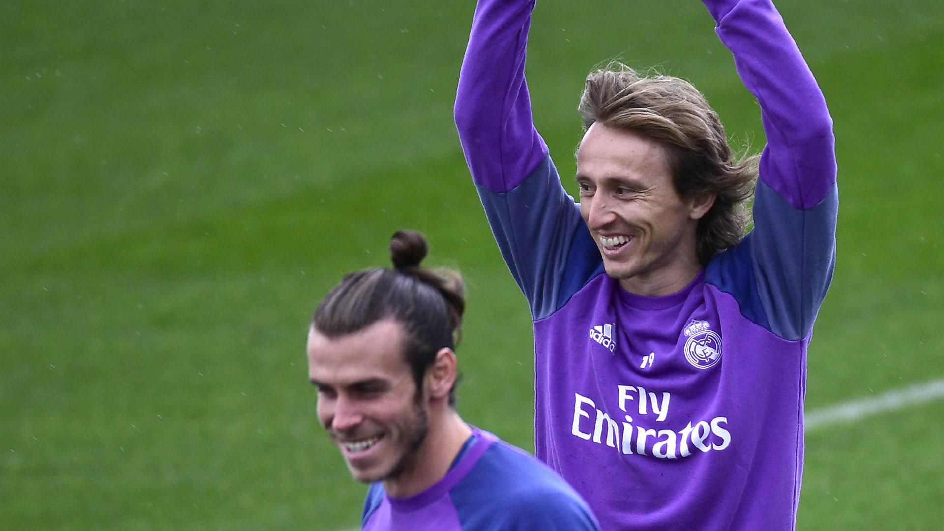 Mineirinho tieta ídolos do Real Madrid antes de jogo da Champions