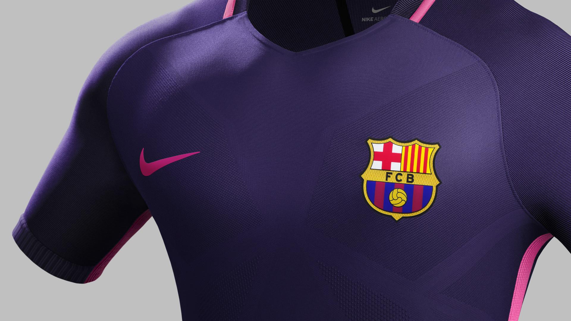 Tudo roxo! Barcelona e Real Madrid adotam a mesma cor de 2º uniforme ... 4d0317072de