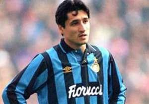 DARKO PANCEV – Scarpa d'Oro e secondo nella classifica del Pallone d'Oro nel 1991, Darko Pancev era arrivato in Italia come uno dei migliori attaccanti d'Europa. All'Inter non andò esattamente come previsto: arrivato nell'estate del 1992, impiegò cinqu...