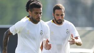 Higuain Dani Alves Juventus