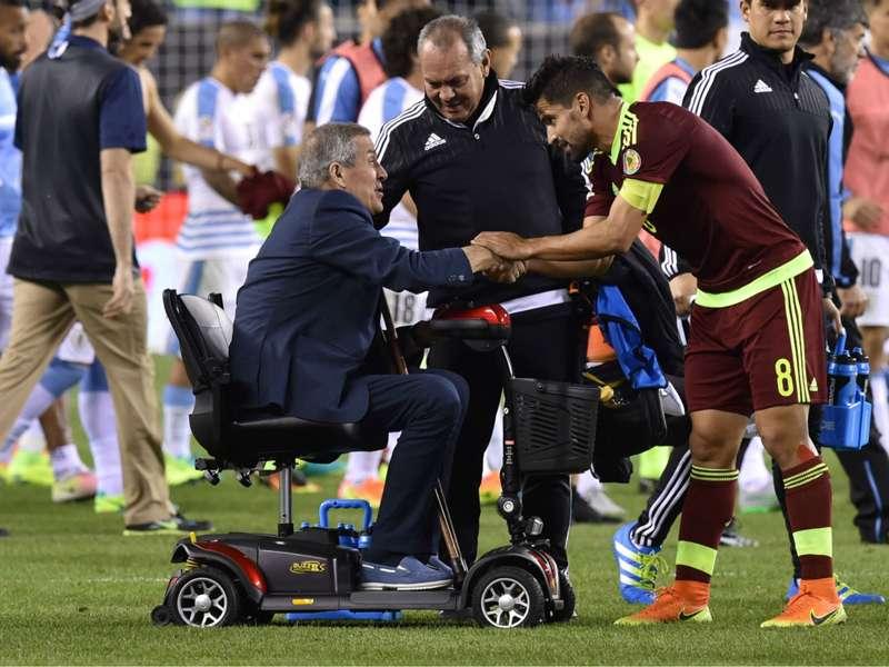 """Ansia per Tabarez, anche il Milan si stringe al tecnico: """"Forza Maestro!"""""""