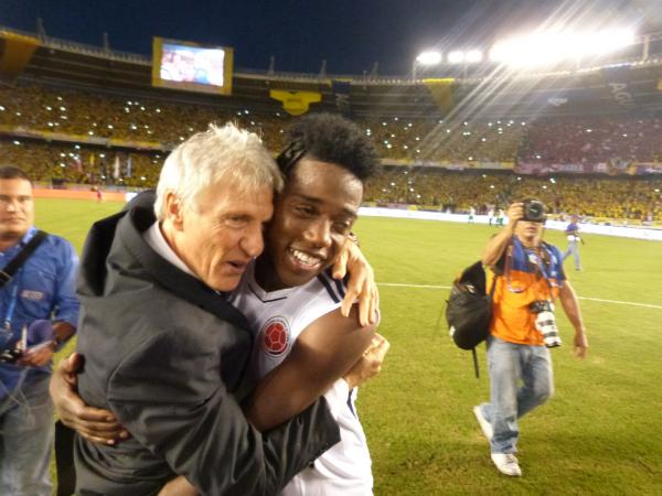 Abrazo de Pekerman y Carlos Sanchez - Colombia