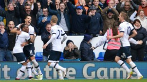 Erik Lamela scores against Manchester United