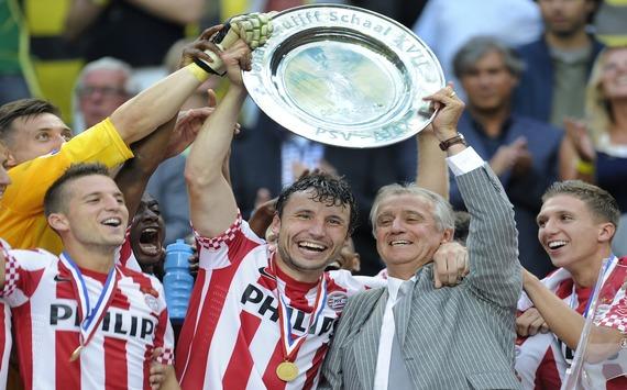 Van Bommel with Johan Cruyff Schaal - PSV