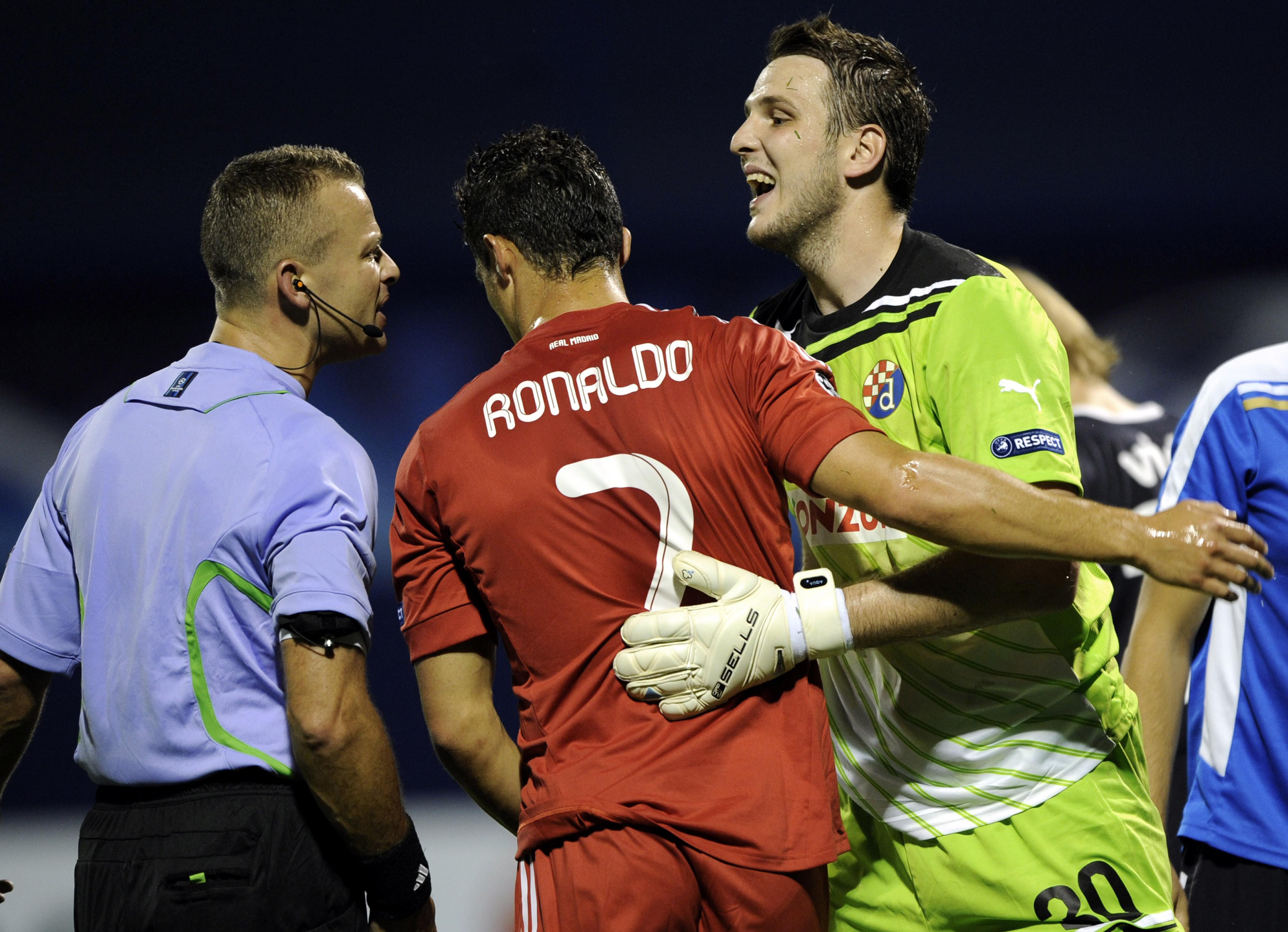 Real Madrid's Ronaldo and Dinamo's goalkeepeer Ivan Kelava reacts to referee Svein Oddvar Moen