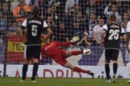 Willy detiene el penalti a Cristiano Ronaldo en el Real Madrid-Málaga