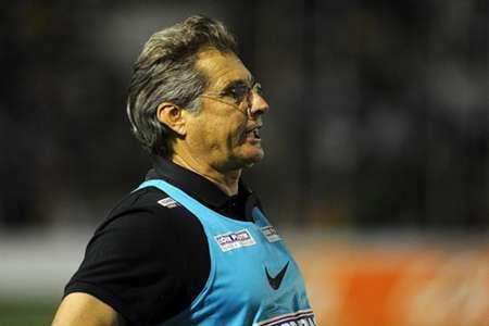 O treinador santista Oswaldo de Oliveira
