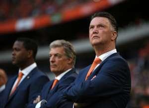 Netherlands coach Louis van Gaal (R)